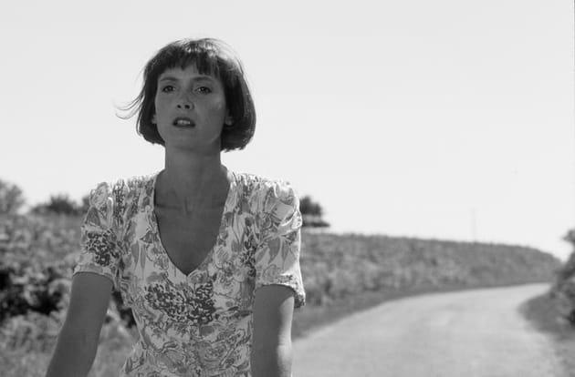 """Sabine Azema à bicyclette sur le tournage de """"Cinq jours en Juin"""""""