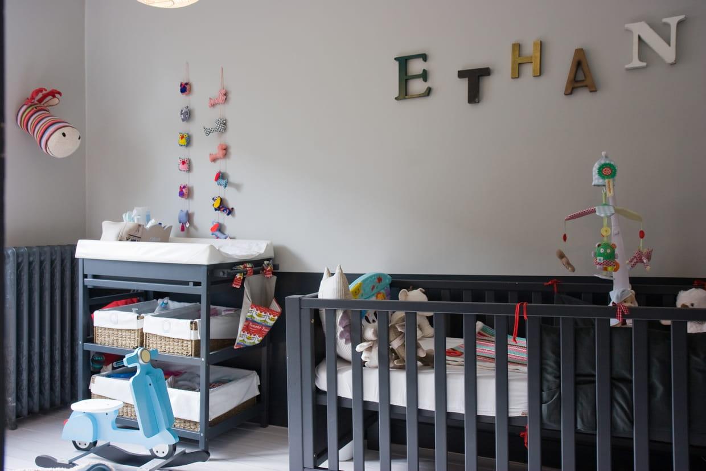 Chambre Bébé Quelle Couleur : Une chambre de bébé grise avec des touches couleurs