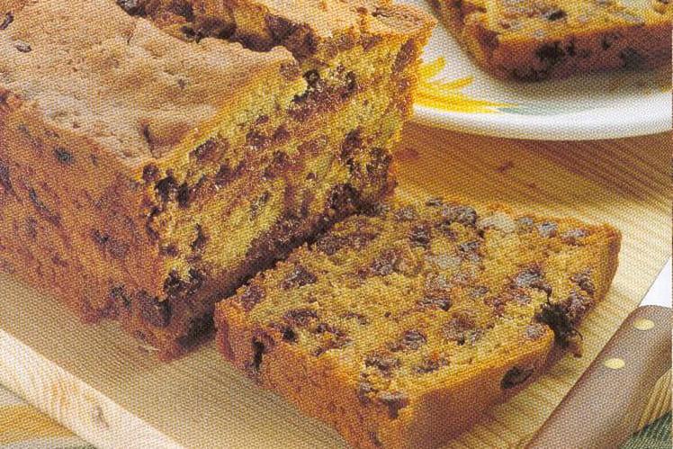 Cake aux pépites de chocolat, raisins secs et noix pilées