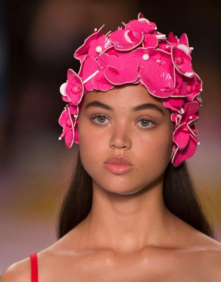 Le bonnet de bain fleurs 3D du défilé Miu Miu