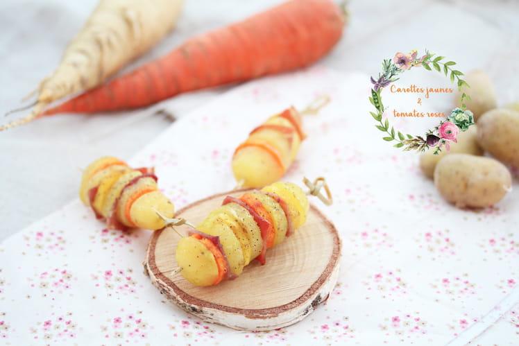 Brochettes de pommes de terre, carottes oranges et jaunes, jambon cru