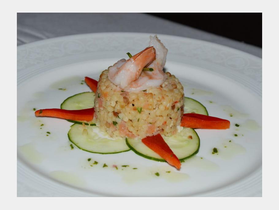 Crabe, crevettes et saumon sur perles de couscous