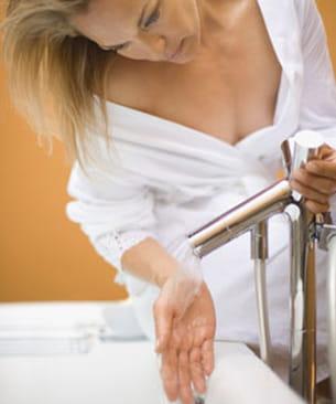 la peau étant plus fine sur le reste du corps, l'eau ne la plisse pas.