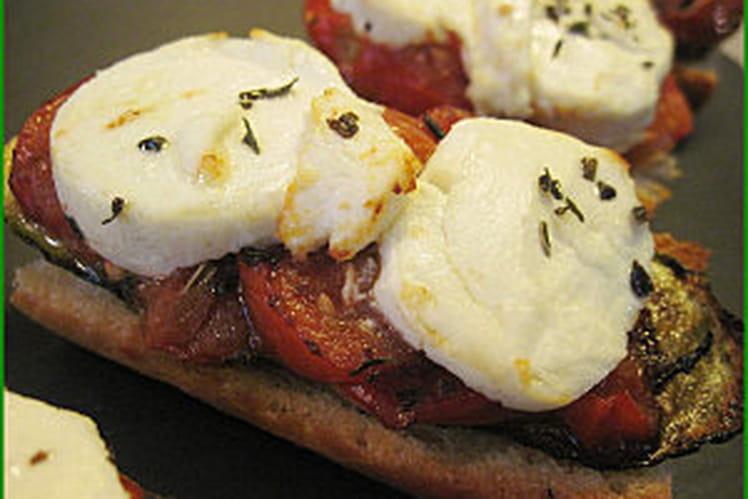 Tartines toastées, tomate, courgette et chèvre