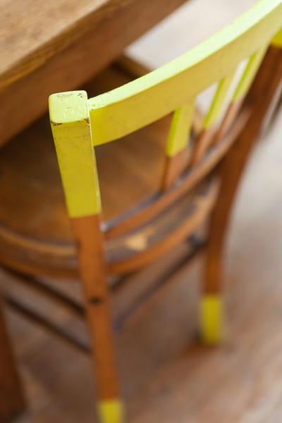 une chaise modernisée grâce à de la peinture