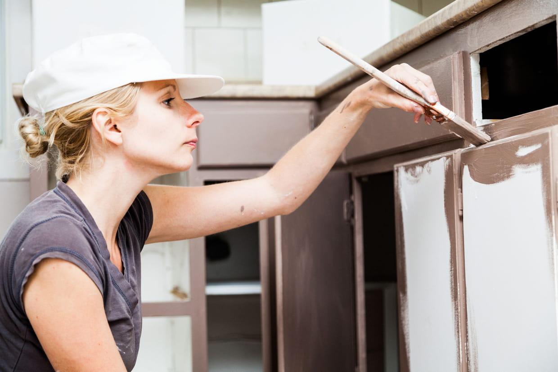 Nettoyer Les Placards De Cuisine comment repeindre ses meubles de cuisine ?
