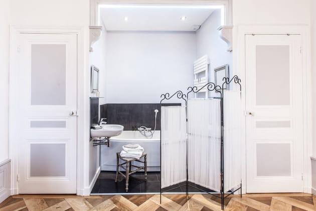 Salle de bains en alcôve