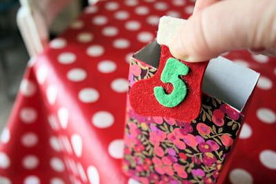 les petites bottes numérotées viennent prendre leur place en haut de chaque