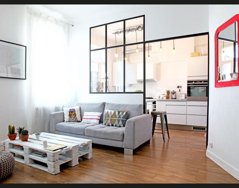 un salon avec verri u00e8re