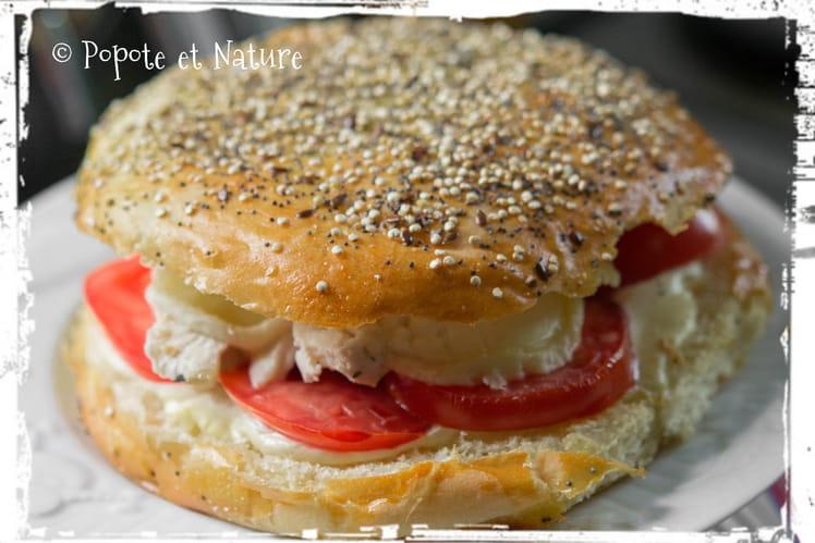 Hamburgers au poulet, tomates et crottin de Chavignol