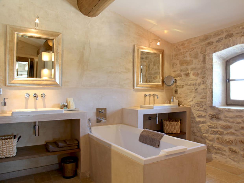 Salle de bains en pierre et chaux