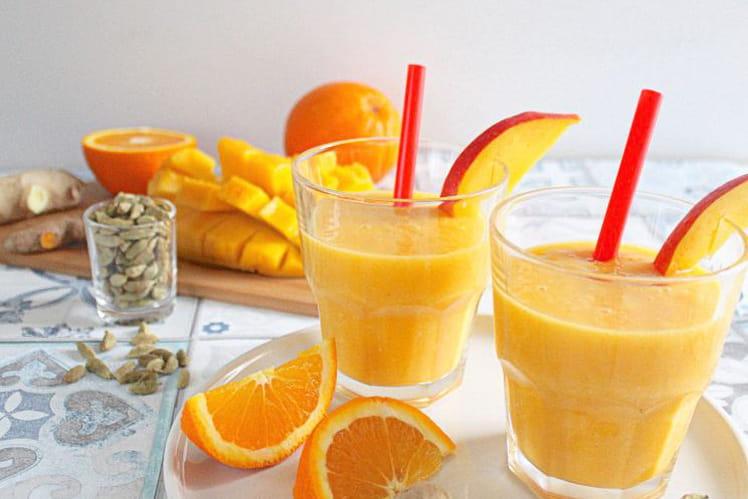 Smoothie énergisant mangue, orange, cardamome, gingembre et curcuma