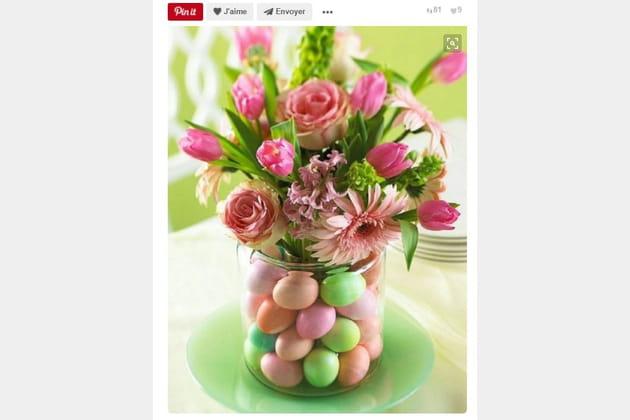 Vase avec des œufs multicolores