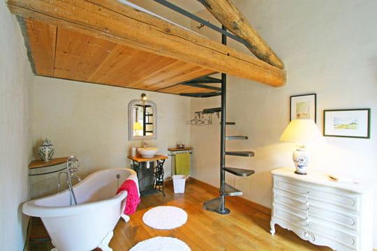 Une mezzanine au-dessus de la baignoire