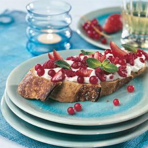 tartines de crème fouettée aux fruits rouges et menthe fraîche