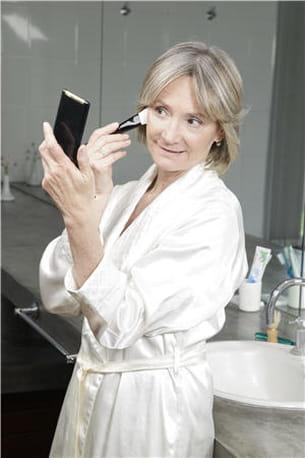 plutôt que de choisir un miroir au dessus du lavabo, optez pour un plus petit,