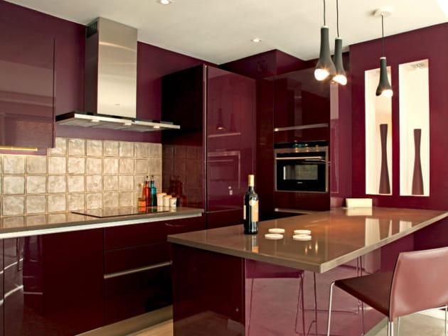 Une cuisine rouge bordeaux brillant for Modele cuisine rouge