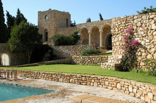 Un château en pierre du XIIIe siècle