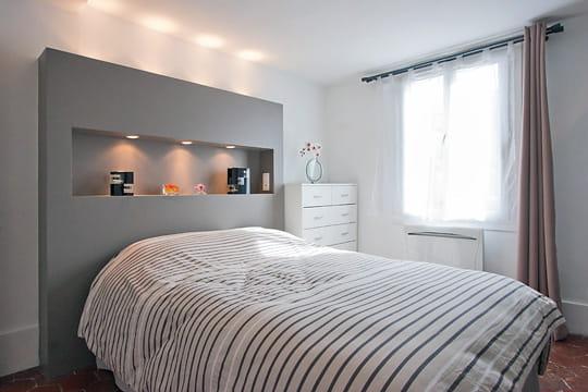 Appartement XVIIIe modernisé par MyHomeDesign : tête de lit