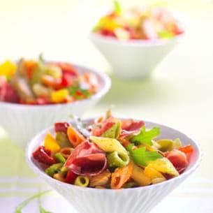 salade de penne tricolore et antipasti à la roquette