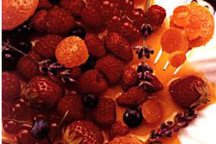 Assiette d'oranges et de baies rouges