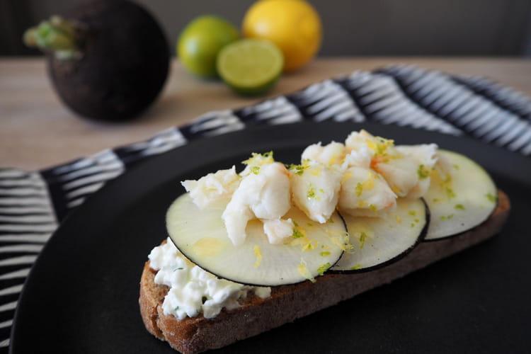Tartine apéritive au radis noir, crabe et zestes de citron