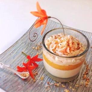 verrine chocolat blanc, gingembre, coulis mangue passion et chantilly aux