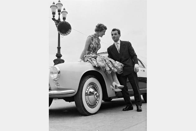 Charles Aznavour et sa femme au concours d'élégance automobile