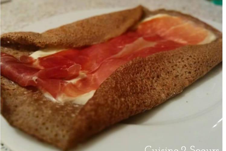 Galette à la mozzarella, jambon cuit, oignons et oeuf
