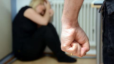 Violences conjugales : le gouvernement réagit
