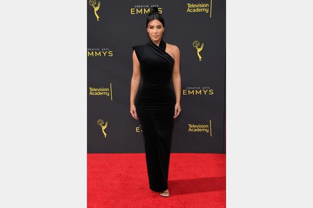 TOP: Kim Kardashian en robe noire asymétrique