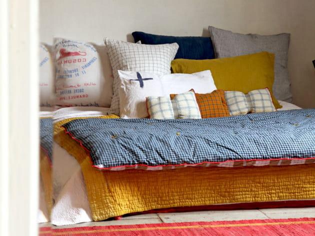 Une édredon duveteux sur le lit