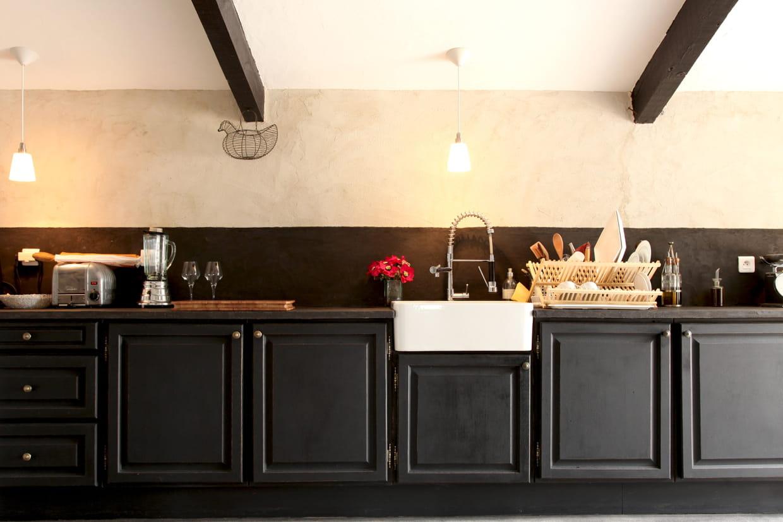 cr dence teint e de noir. Black Bedroom Furniture Sets. Home Design Ideas
