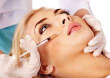 les injections d'acide hyaluronique repulpent les peaux fatiguées.