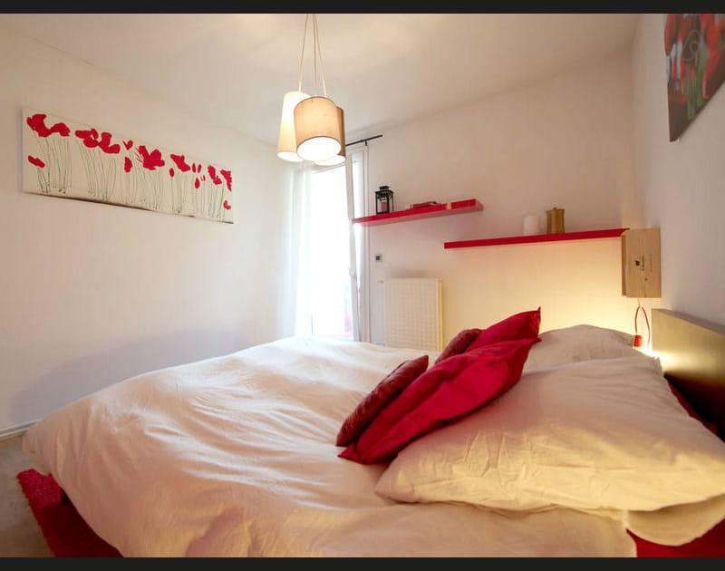 Duo rouge et blanc dans la chambre