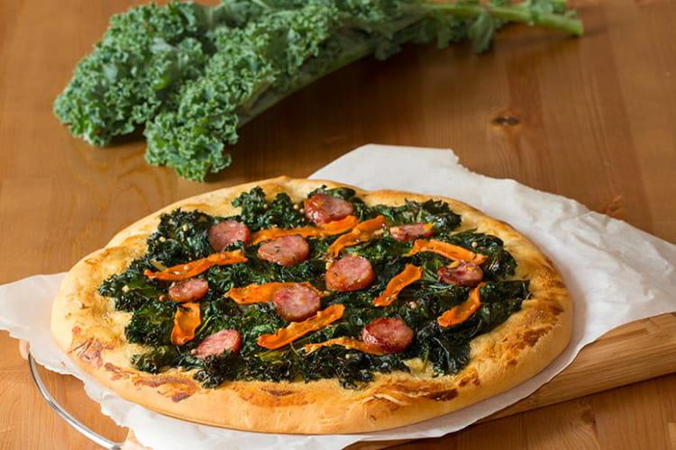 Pizza au chou Kale, carotte et saucisse fumée