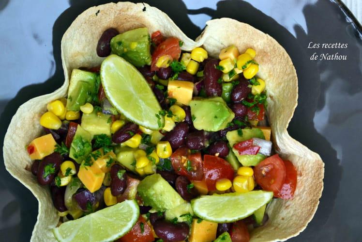 Salade de haricots rouges, avocat, maïs et cheddar au citron vert et huile pimentée