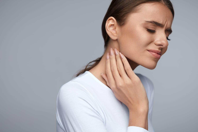 Courbature au cou: symptômes, causes, soigner, que faire?