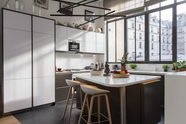 Une cuisine blanche et grise