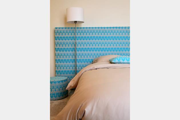 une t te de lit orn e de motifs graphiques turquoise. Black Bedroom Furniture Sets. Home Design Ideas