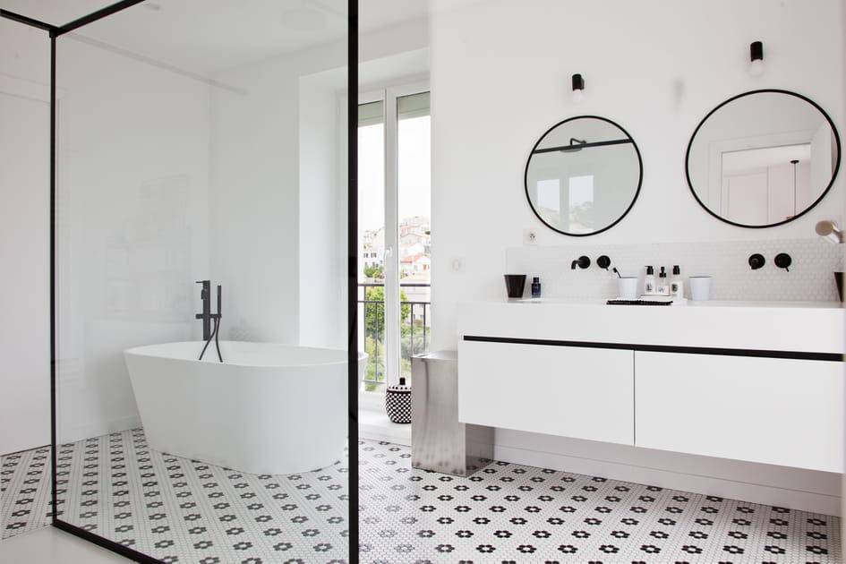 Dans la salle de bains, le carreau de ciment envedette