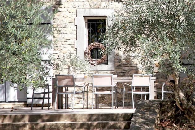 Une salle à manger sous les oliviers