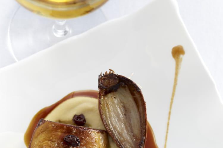 Foie gras de canard des Landes rôti, purée de pois chiche, échalote confite et raisins de Corinthe, jus aux épices du Sultan
