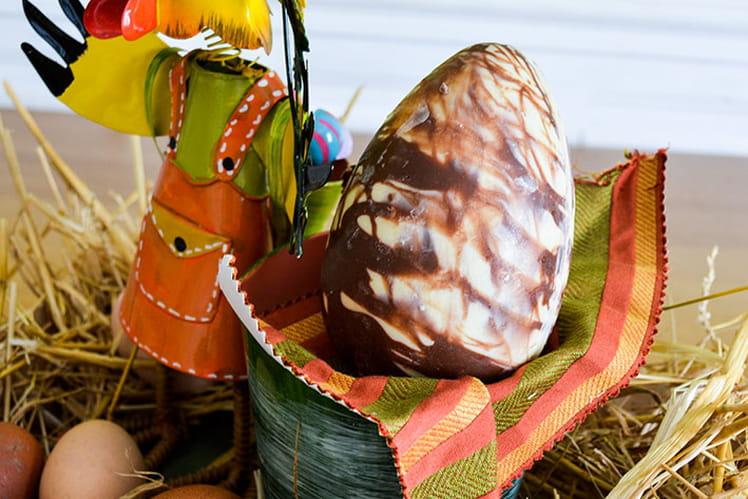 Gros oeuf de Pâques au chocolat marbré