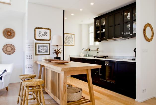 Une cuisine entre noir, blanc et bois