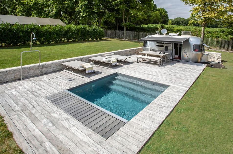 Une piscine carrée avec escalier