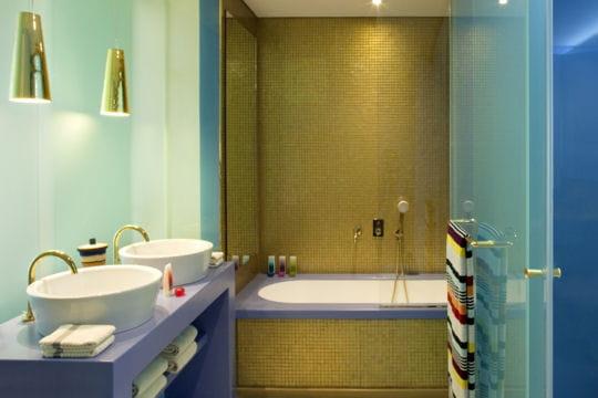 Une salle de bains moderne