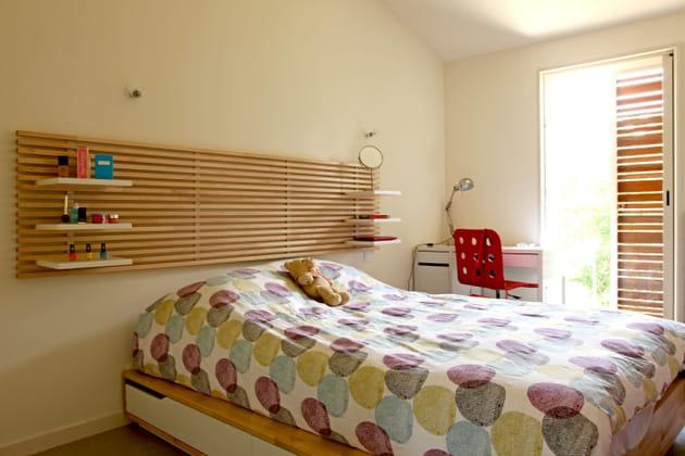 Table de nuit intégrée dans la tête de lit