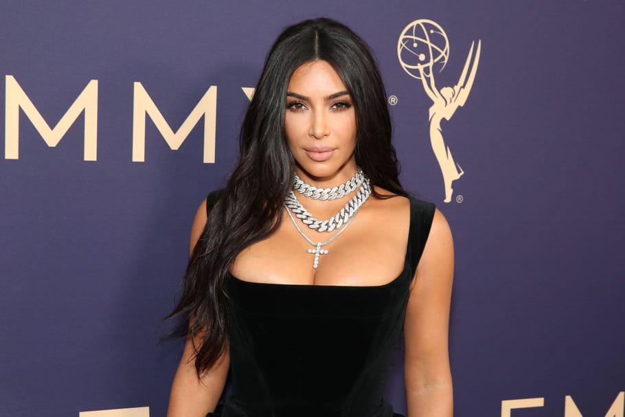 Kim Kardashian révèle le secret de son décolleté aux seins parfaits