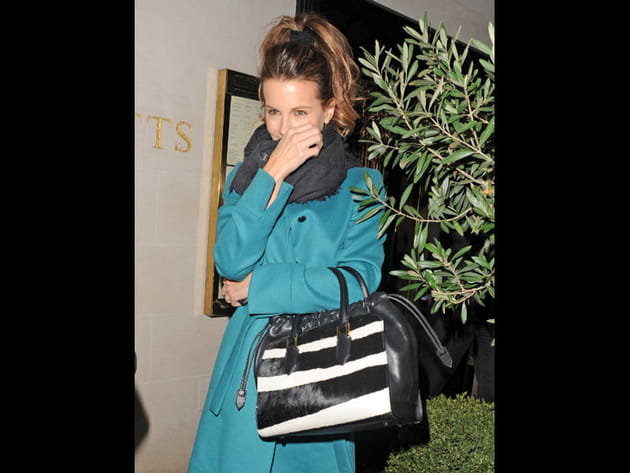 Kate Beckinsale et son sac Burberry